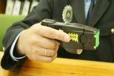 Quieren dotar de pistolas Taser a la policía